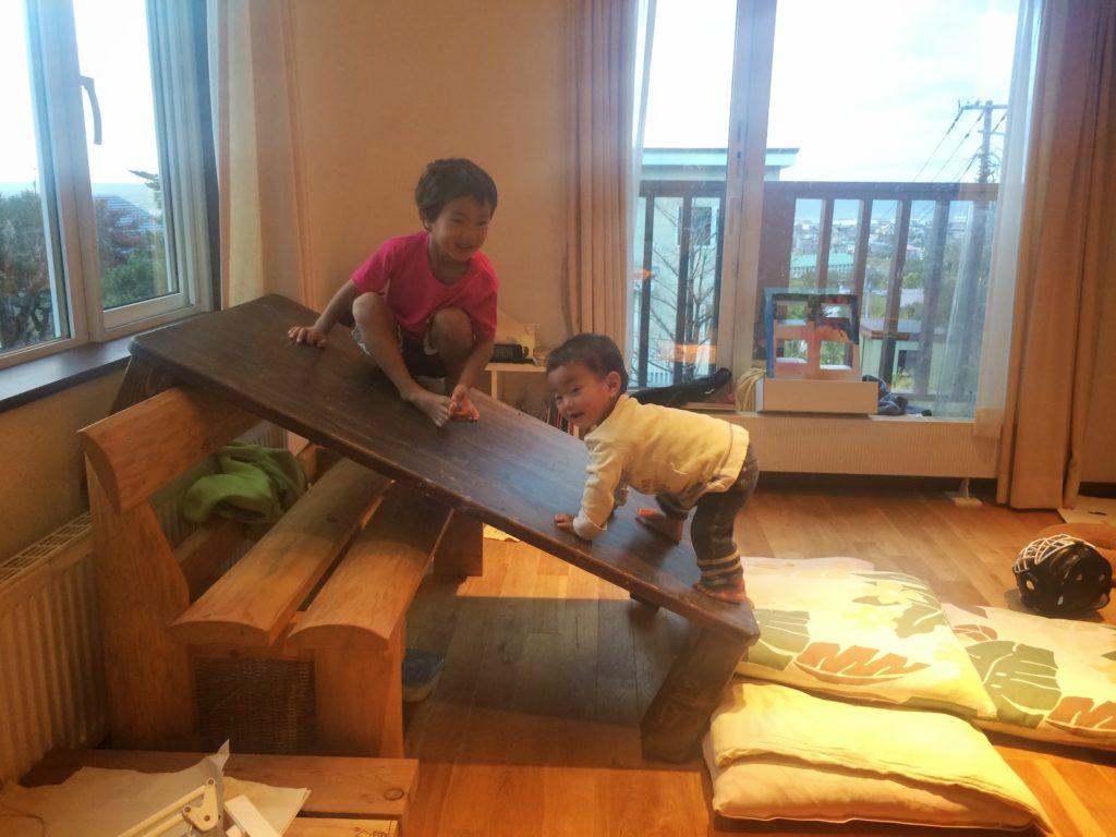 家の中で滑り台を作ったぞ